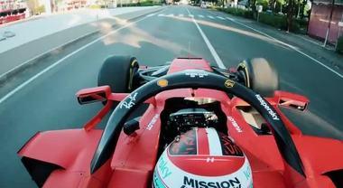 La Ferrari F1 riaccende i motori, Leclerc per le strade di Maranello