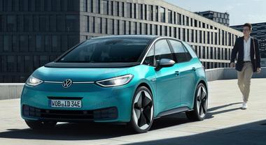 VW ID.3, via alle vendite della prima compatta elettrica. 7 varianti, prezzi da 38.900 euro. A seguire la Pure da 30mila euro