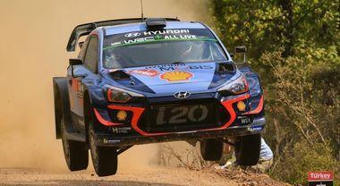 Neuville (Hyundai) passa al comando del Rally di Turchia: testa a testa con la Ford di Ogier
