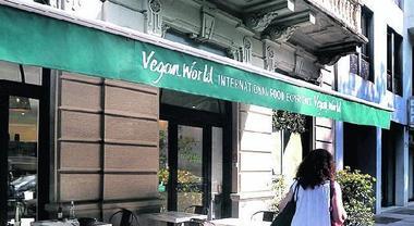 «Mangiate da schifo»: insulti e pestaggio a vegani in un ristorante a Milano