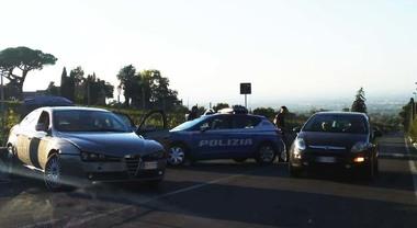 Rom minorenni in fuga sull'auto rubata investono una donna