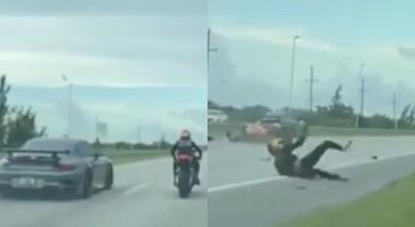 La gara di velocità tra auto e moto finisce molto male