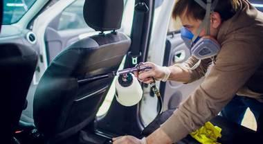 Il virologo: dal volante al cambio, ecco cosa disinfettare nell'auto