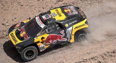 Peugeot di Loeb cala il poker, la Toyota Al-Attiyah sempre leader. Moto: Brabec si ritira, Price (KTM) in testa