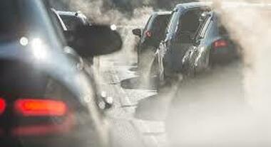Emissionia auto, diminuisce la CO2 da gennaio ad agosto. Il calo maggiore riguarda quelle derivate dai benzina