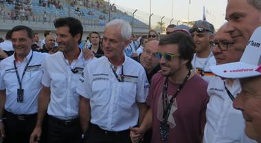 Alonso sulla griglia del Bahrain con i vertici Porsche; domani guiderà la Toyota Le Mans