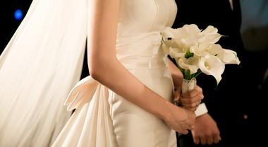 Matrimonio di cuore: gli sposi offrono il pranzo a 82 senzatetto nel ristorante più noto della città