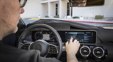 Mercedes, debutta sulla Classe A l'interfaccia MBUX: ora l'auto parla, pensa e obbedisce alla voce