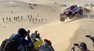 Dakar 2020, lo spettacolare incidente di Alonso: sbaglia su una duna e si cappotta