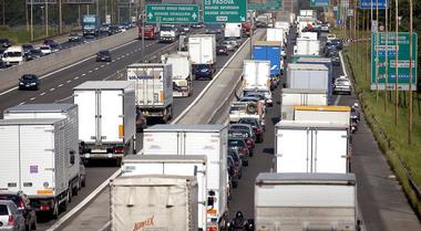 Mercato autocarri, +41,7% in aprile grazie a incentivi. Anfia: raddoppiate vendite mezzi gas naturale liquefatto