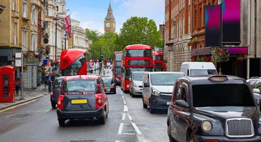 Londra ipotizza parcheggi gratis per auto elettriche. Risparmi tra 880 e 11.000 euro all'anno