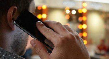 Multa per chi attraversa la strada parlando al cellulare: la decisione che fa discutere