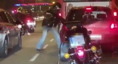 Motociclista massacra un automobilista e fugge: ma fa poca strada