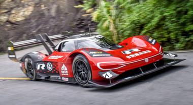 Volkswagen ID.R, belva elettrica di mille record. Dopo la Pikes Peak nuovi primati al Nurburgring, a Goodwood e in Cina
