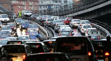 Mezzi pubblici gratis nelle giornate con più smog e giù i limiti di velocità per le auto private: Bruxelles apre la strada