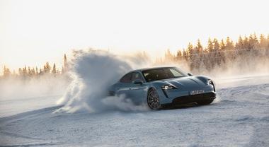 Porsche Taycan, il gioiello elettrico a suo agio tra neve e ghiaccio