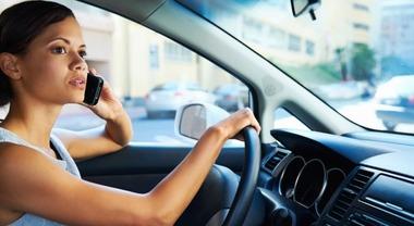 Codice Strada, modifiche in arrivo: stretta su smartphone, multa fino a 1.697 euro e sospensione patente fino a tre mesi