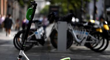 Lime sfida Uber: guerra a colpi di biciclette e scooter elettrici