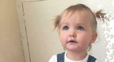 Legata a testa in giù e chiusa in una gabbia muore a 19 mesi: condannati mamma e compagno