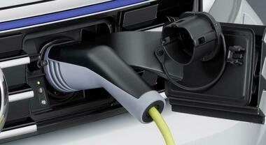 Auto: l' ibrido piace a 3 italiani su 4, cala elettrico. Indagine rivela controrivoluzione del termico