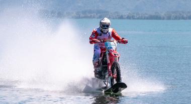 Con la moto da cross sul lago di Como, con 104 km/h è record di velocità