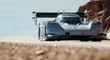 Volkswagen riscrive la storia: con un'auto elettrica fa il record alla mitica Pikes Peak