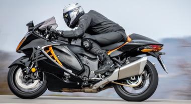 """Suzuki Hayabusa, in sella al """"falco pellegrino"""". Velocità autolimitata a 299 km/h, aerodinamica perfetta, frenata superba"""