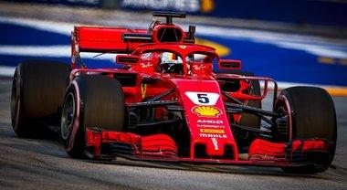 GP di Singapore, trionfa la Mercedes di Hamilton davanti a Verstappen. Solo terza la Ferrari di Vettel