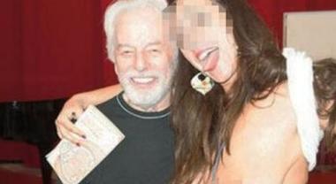 Napoli, selfie scandalo in chiesa: l'intellettuale posa con la ragazza nuda