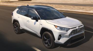 Toyota RAV4, la 5^ generazione prende il via da New York. Avrà un 2 litri a benzina e un 2.5 ibrido