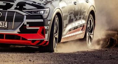 Audi e-tron, la prova estrema sul lago salato in Namibia (2)