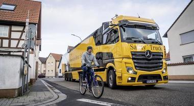 """Mercedes, arriva il TIR intelligente che tutela bici, pedoni e auto. Frenata automatica e radar per monitorare punti """"ciechi"""""""