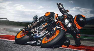 """KTM 890 Duke R, ecco """"The Super Scalpel"""". L'esuberante austriaca aumenta potenza e prestazioni"""