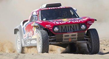 Sainz su Mini vince ed è leader, poi il campione Al-Attiyah (Toyota). Alonso è 5°, nelle moto Brabec in vetta