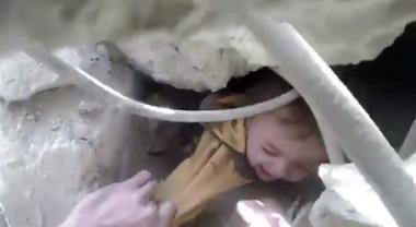 Siria, raid aereo su una scuola rifugio: uccisi 15 bambini e 3 donne Video