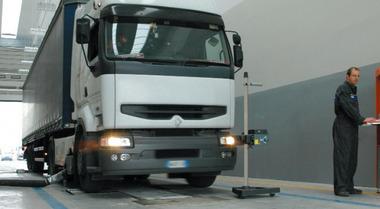 """Revisioni camion e rimorchi """"comprate"""" a Ferrara per 350 euro alla pratica. Verifiche su centinaia di mezzi pesanti"""