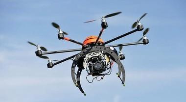 Drone precipita su autostrada A6, denunciato 28enne che lo guidava da sotto al viadotto