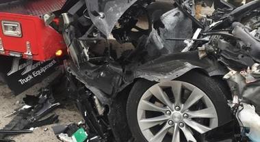 Tesla Model S contro il mezzo dei Vigili del Fuoco