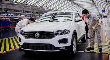 Mercato cinese stabilizza vendite auto tedesche. Studio evidenzia perdite minori per gruppi Volkswagen, Bmw e Daimler