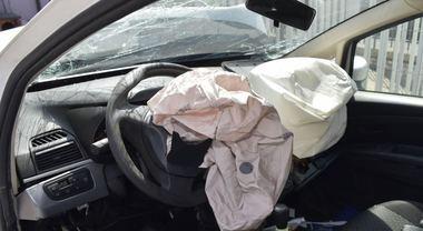Neonato ucciso dall'airbag «Non era disattivato» Bimbi in auto, cosa evitare