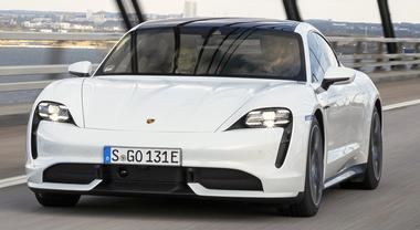 Porsche Taycan, il missile elettrico al debutto su strada. Le vere emozioni forti sono green