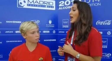 Totti jr rinuncia al gol per aiutare l'avversario, poi l'intervista in inglese perfetto: pioggia di applausi a Madrid
