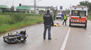 Motociclista morì per buca nell'asfalto, comune pagherà 1.6 mln. Giudice: «Perse controllo per condizioni strada»