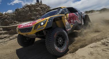 La Peugeot di Peterhansel vince la 10^ tappa, Sainz resta leader. Iveco primo tra i camion