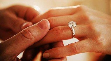 Le fa la proposta di matrimonio in montagna ma rischiano di morire ...