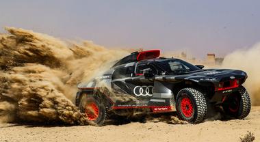 Audi, assalto a Dakar con una belva elettrica: tecnologia a confronto, è duello con la nuova Toyota V6 termica