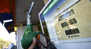 Benzina, nuovo rincaro dei prezzi: cresciuti ai massimi dal 2015 «In arrivo sensibili aumenti»