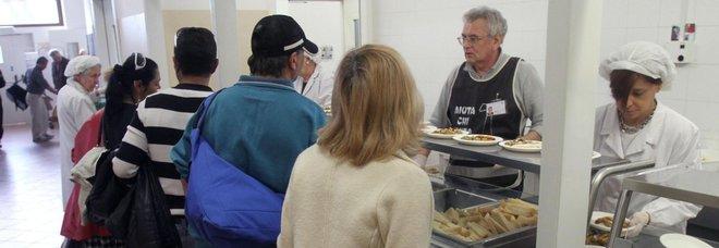 Persone in fila in una mensa per indigenti