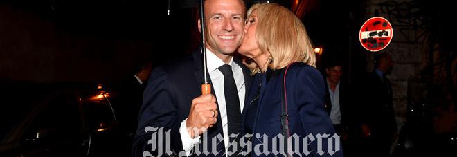 Macron e Brigitte, passeggiata con bacio a Roma. Poi la cena romantica