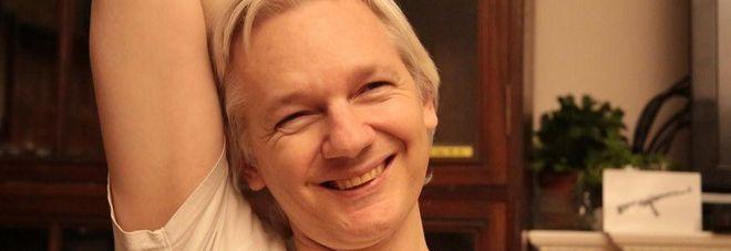 Assange, dopo sette anni ritirate accuse di stupro della Svezia. Londra: se esce lo arrestiamo